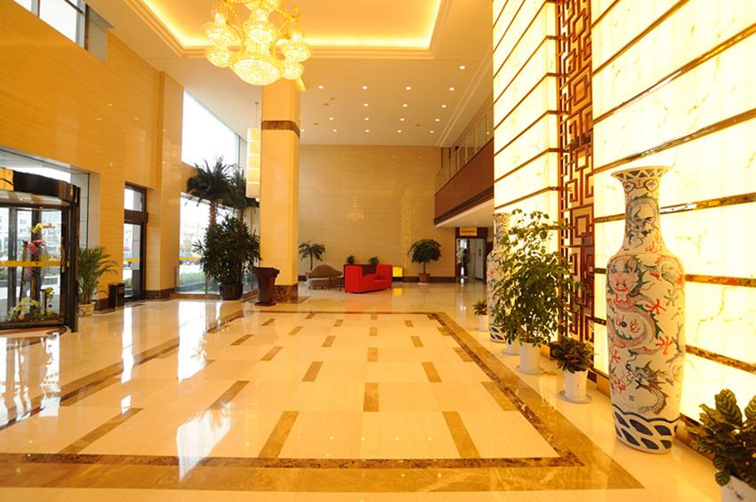 亚邦国际大酒店,是响水县首家按四星级标准建造的综合性国际酒店。酒店位于江苏响水县城中心,毗邻响水县政府,与响水县汽车站隔街相望。地理位置优越,交通便利,紧邻沿海高速。  亚邦国际大酒店拥有各类豪华客房170间(套);800豪华多功能大厅更是彰显尊贵的宴请首选场所;11个豪华典雅的宴会包间;5间不同规模的会议厅组成的会议中心,配有先进的数字化专业视听系统和会议教学设备,适合各种规模的会议,以及进行大会分组讨论和举行培训教学等,全方位的满足个性化会议活动的需求;有KTV包厢、足浴、电影院、茶吧、棋牌室、特